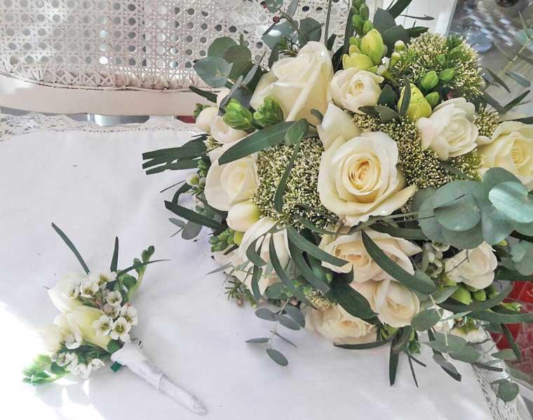 Līgavas pušķis un līgavaiņa piespraude no baltām rozēm