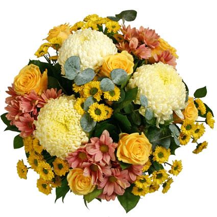 Lielziedu krizantēmas ar rozēm pušķī