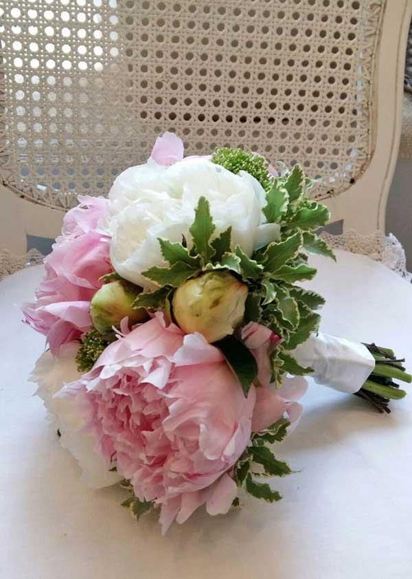 Līgavas pušķis no baltām un rozā peonijām
