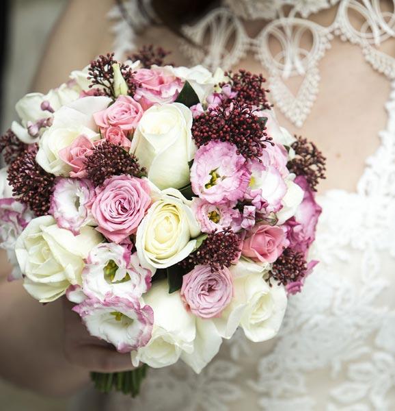 Līgavas pušķis no rozā un baltiem ziediem