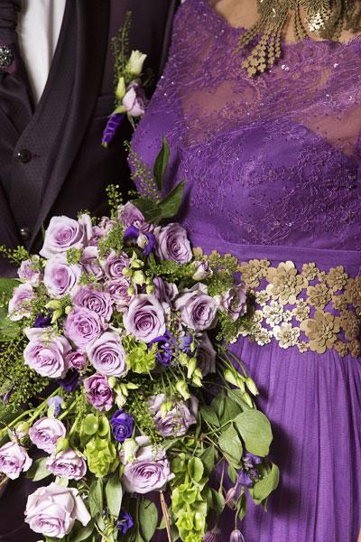 Violetu ziedu līgavas pušķis ar rozēm