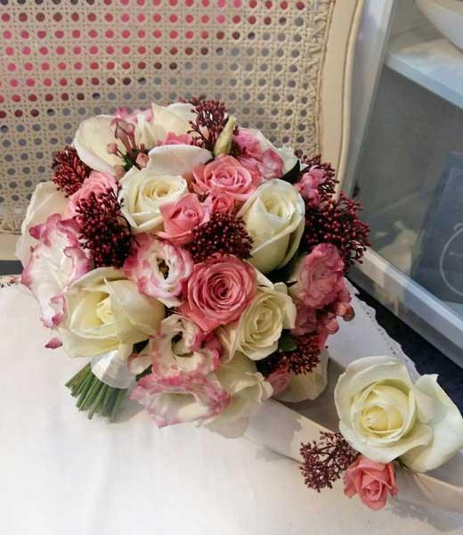 Līgavas pušķis un līgavaiņa piespraude ar rozēm