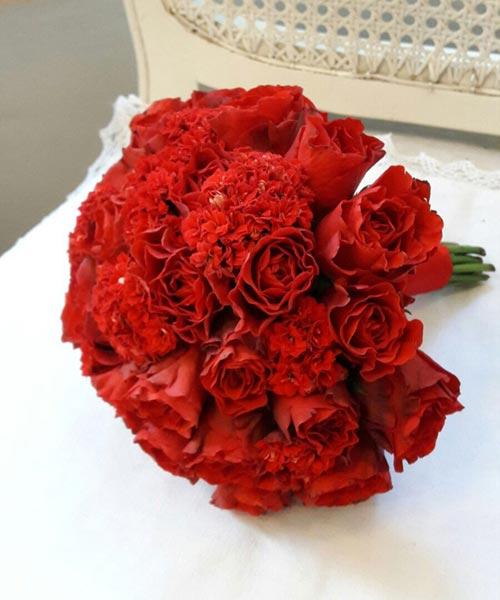 Līgavas pušķis no sarkaniem ziediem