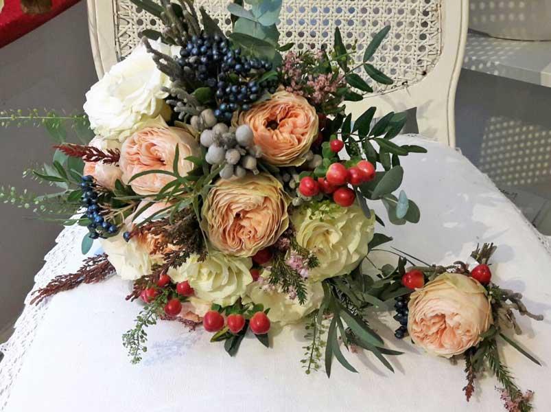 Ziedi līgavai un līgavaiņa piespraude ar rozēm