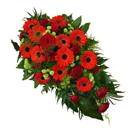 Ziedi un to piegāde. Bēru štrauss veidots no sarkanām rozēm, sarkanām gerberām, zaļām smalkziedu krizantēmām un dekoratīviem