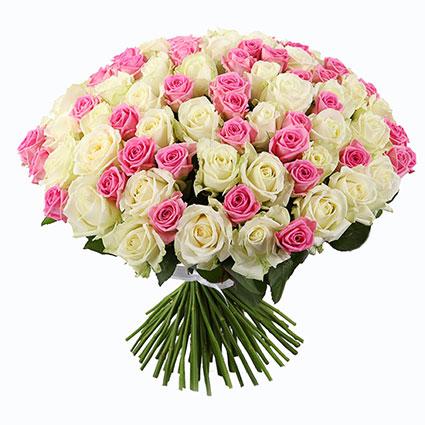 Ziedi ar piegādi. Ziedu pušķī 101 rozā un balta roze. Rožu garums 60 cm.  Ziedu klāsts ir ļoti plašs. Var gadīties, ka