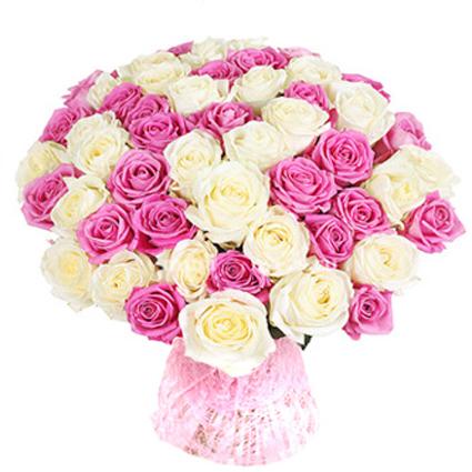 Baltu un rozā rožu pušķis