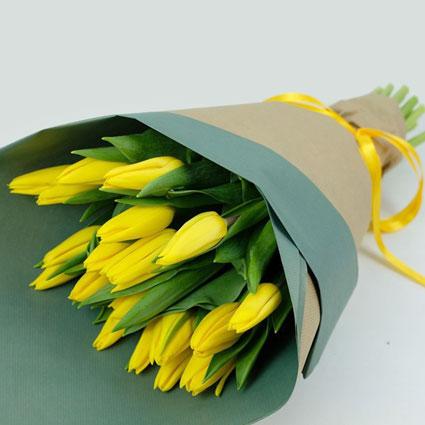 Pavasarīgs dzeltenu tulpju pušķis dekoratīvā saiņojumā. ( 19 gab.)