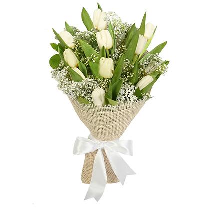 Белые весенние тюльпаны в декоративнoй упаковкe