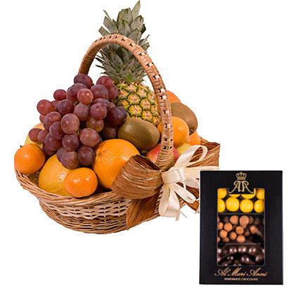 """Sulīgu augļu grozs un """"AL MARI ANNI"""" dražeju asorti šokolādē (upenes, āboli kanēlī, ananāss) 230 g. Grozā: ananāss, greipfrūts"""