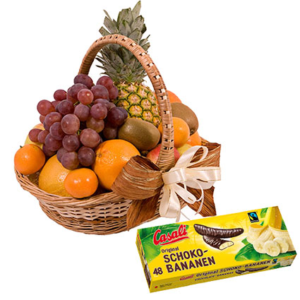 """Sulīgu augļu grozs un """"Casali"""" banānu suflē šokolādē 300 g. Grozā: ananāss, greipfrūts, apelsīni, vīnogas, āboli, kivi."""