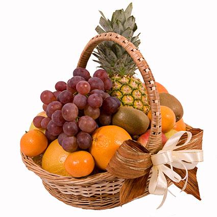 Ziedu veikals. Sulīgu augļu grozs svētku galda papildināšanai. Grozā: ananāss, greipfrūts, apelsīni, vīnogas, āboli,