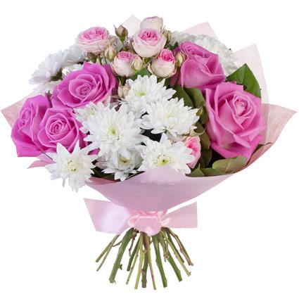 Ziedi Rīgā - rozā rozes, rozā krūmrozes, baltas krizantēmas, dekoratīvi zaļumi pušķī un dekoratīvā saiņojumā