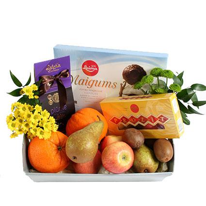 Ziedi ar kurjeru. Kārumu grozā apelsīni, bumbieri, āboli, kivi,  plūmes šokolādē 180 g, Laima konfektes Prozit