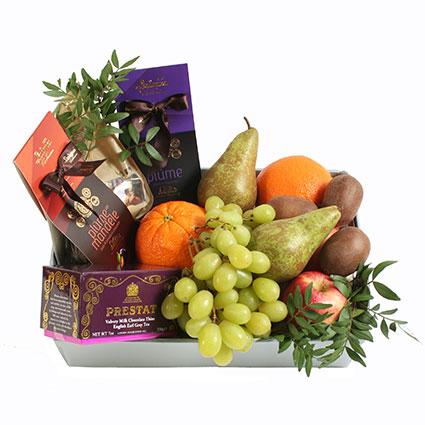 Корзина с фруктами и сладостями