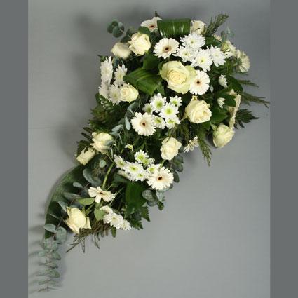 Ziedu piegāde. Bēru štrauss veidots no baltām gerberām, baltām rozēm, baltām smalkziedu krizantēmām un dekoratīviem