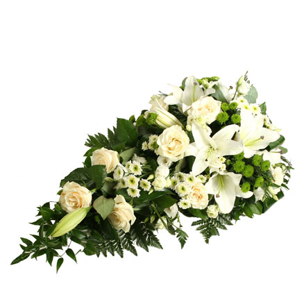 Ziedi un to piegāde. Bēru štrauss veidots no baltām lilijām, baltām rozēm, baltām lizantēm, baltām un zaļām smalkziedu