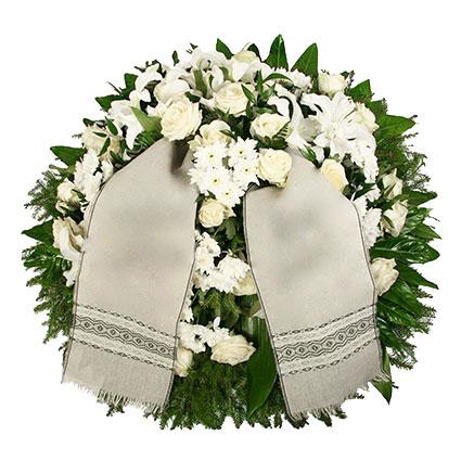 Ziedu piegāde Latvijā. Sēru vainags ar baltām rozēm, baltām lilijām, baltām krizantēmām un dekoratīviem zaļumiem. Vainags