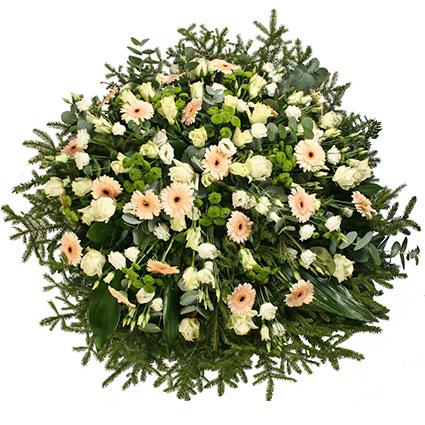 Ziedi Latvijā. Sēru vainags ar baltām rozēm, baltām lizantēm, gaišām gerberām, zaļām smalkziedu krizantēmām un dekoratīviem