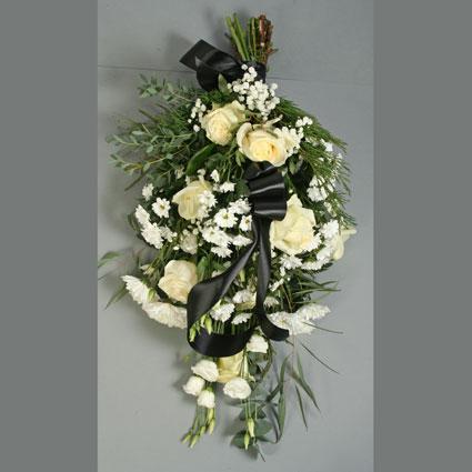 Ziedi un to piegāde. Sēru pušķis no baltām rozēm, baltām lizantēm, baltām smalkziedu krizantēmām, papildināts ar plīvurpuķi
