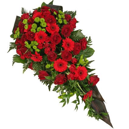 Ziedu piegāde Rīgā. Bēru štrauss veidots no sarkanām rozēm, sarkanām gerberām, zaļām smalkziedu krizantēmām un dekoratīviem