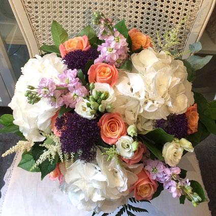 Ziedi: Baltas hortenzijas un rozes