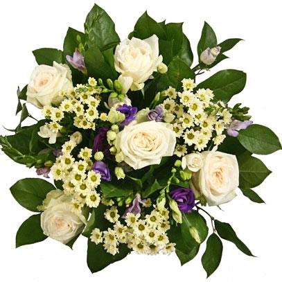 Ziedi un to piegāde. Maigi baltas rozes, zilas un baltas frēzijas, zilas lizantes un balti smalkziedi romantiskā ziedu