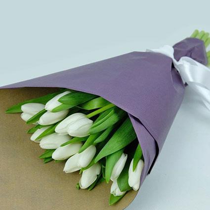 Pavasarīgs baltu tulpju pušķis dekoratīvā saiņojumā. ( 15 gab.)