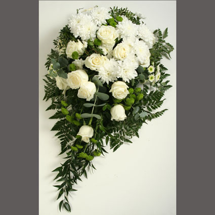 Ziedi ar kurjeru. Bēru štrauss no baltām rozēm, baltām smalkziedu krizantēmām, zaļām smalkziedu krizantēmām un dekoratīviem