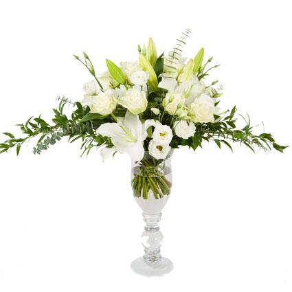 Ziedu piegāde. Dāvanu komplekts - ziedu pušķis no lilijām, rozēm, lizantēm un eleganta stikla vāze. Ziedu klāsts ir ļoti