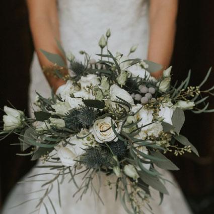 Ziedi ar kurjeru. Romantisks līgavas pušķis ar baltiem ziediem.  Kāzas ir īpašs notikums un katrs līgavas pušķis ir