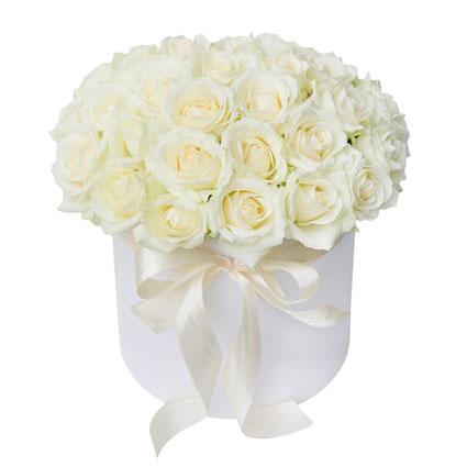 Ziedu piegāde - balta ziedu kārba ar lenti un 35 baltas rozes