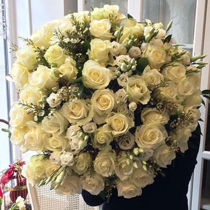 Ziedi un to piegāde. Burvīgs pušķis no baltām rozēm un baltām lizantēm ar gaišu smalkziedu mežģīnēm.   Ziedu