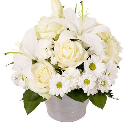 Ziedu piegāde. Baltu ziedu kompozīcija no lilijām, rozēm, smalkneļķēm un krizantēmām.