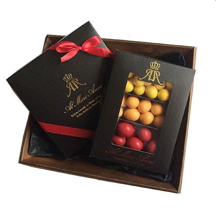 """Dāvanu komplektā: """"AL MARI ANNI"""" šokolādes trifeles (aveņu, karameļu, pistāciju 135 g) un """"AL MARI ANNI"""" dražeju asorti"""