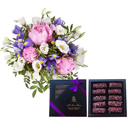 """Izsmalcināts ziedu pušķis no rozā peonijām, baltām lizantēm, ziliem īrisiem un """"AL MARI ANNI"""" zefīrs šokolādē."""