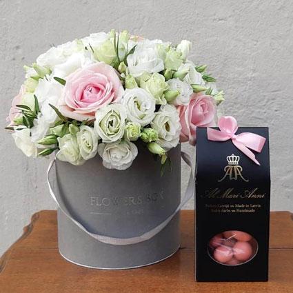Ziedi Rīga. Ziedu kārbā rozā rozes ar baltām lizantēm un AL MARI ANNI šokolādes daržejas - auksti kaltētas