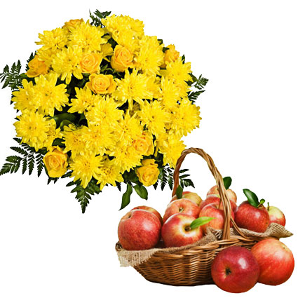 Ziedu veikals. Saulaina rudens dāvana - dzeltenu ziedu pušķis no rozēm un krizantēmām komplektā ar ābolu grozu.  Ziedu