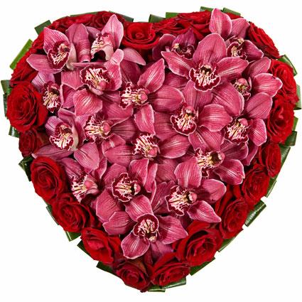 Ziedu piegāde. Ziedu kompozīcija no sarkanām rozēm un rozā orhidejām sirds formā. Izmērs 45 cm.  Ziedu klāsts ir ļoti