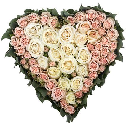 Ziedi Rīga. 57 baltas un rozā rozes sirds formas kompozīcijā.  Ziedu klāsts ir ļoti plašs. Var gadīties, ka izvēlētie