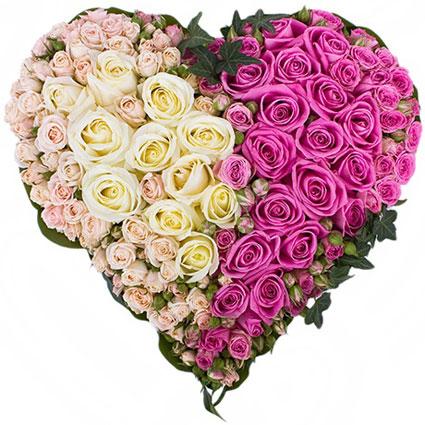 Ziedi. Ziedu kompozīcija sirds formā no baltām rozēm, rozā rozēm, rozā krūmrozēm, dekoratīviem zaļumiem. Izmērs 45