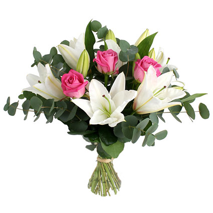 Ziedi ar kurjeru. Ziedu pušķī baltas lilijas, rozā rozes un dekoratīvi zaļumi.  Ø 40 cm  Ziedu klāsts ir ļoti plašs. Var