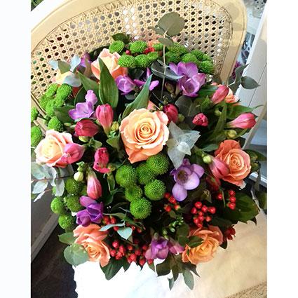 Ziedi. Ziedu pušķī laškrāsas rozes, violetas frēzijas, sārtas alstromērijas, dekoratīvi smalkziedi un koši zaļas