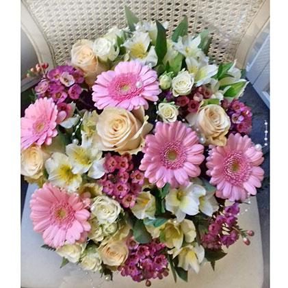 Ziedi Latvijā. Rotaļīgs ziedu pušķis no gaišām rozēm, rozā gerberām, baltām alstromērijām un dekoratīviem