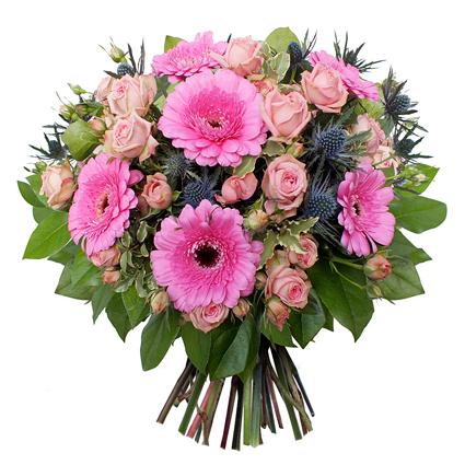Ziedi ar kurjeru. Ziedu pušķis no rozā krūmrozītēm, rozā gerberām, dekoratīvām ežziedēm un zaļumiem.  Ziedu klāsts ir ļoti