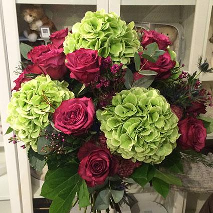 Hortenziju un rožu pušķis