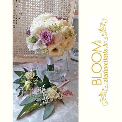 Ziedi un to piegāde. Līgavas pušķis un līgavaiņa piespraude. Klasiska apaļa forma. Baltas un rozā rozītes, baltas lizantes,