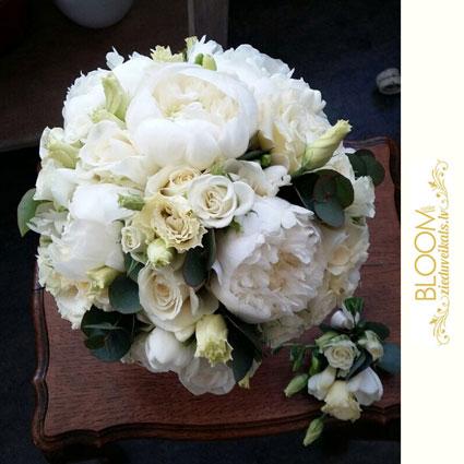 Ziedu veikals. Klasiski balti ziedi - rozes, peonijas, lizantes romantiskā līgavas pušķī un pieskaņota līgavaiņa