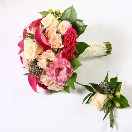 Ziedi Rīga. Līgavas pušķis rozā toņos un pieskaņota līgavaiņa piespraude.  Kāzas ir īpašs notikums un katrs līgavas pušķis