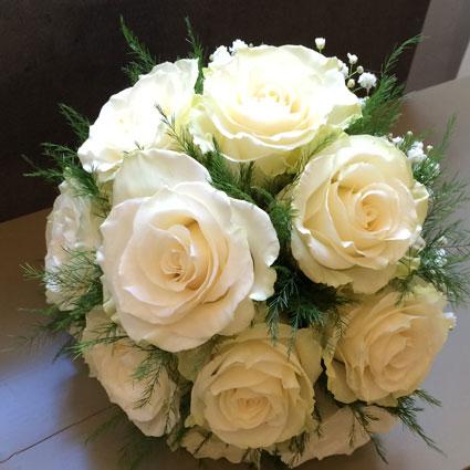 Ziedi. Līgavas pušķis no baltām rozēm.  Kāzas ir īpašs notikums un katrs līgavas pušķis ir individuāli veidots mākslas
